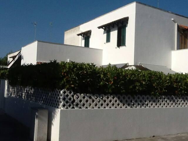 Graziosa villetta due livelli con verde privato - Torre Dell'orso - Villa