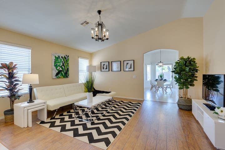 Amazing 4/2b 1 story house Minutes Away from Strip