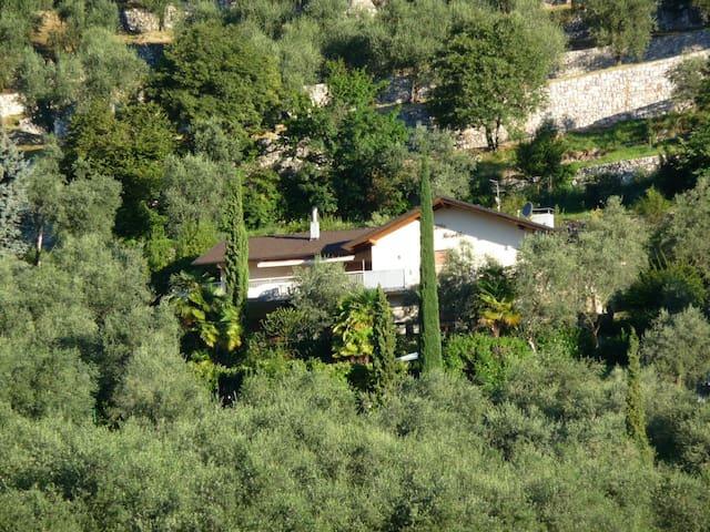 Villa Rosella, großes Haus mit Blick auf den See
