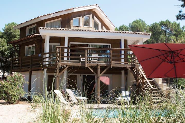 Villa en bois avec piscine au coeur de la pinède