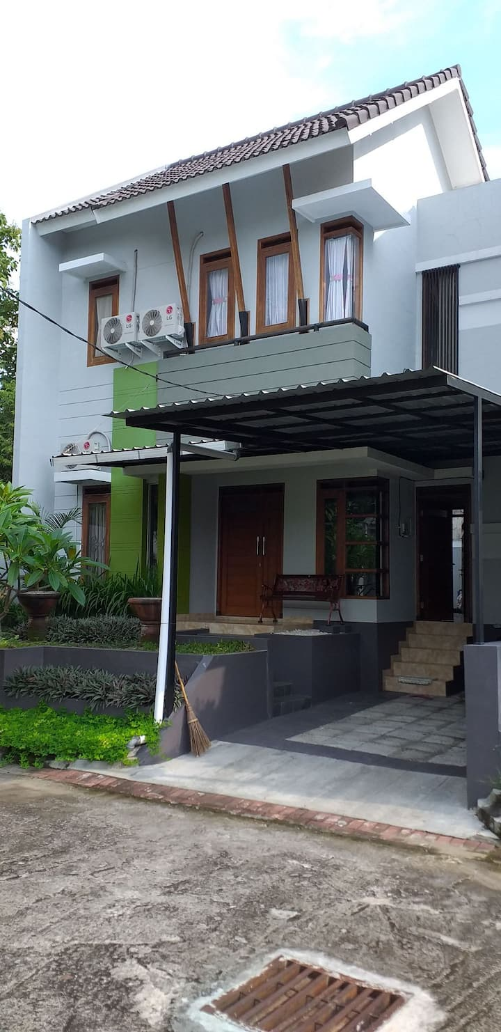 Large House with Garden in Kasongan sleeps 8 +