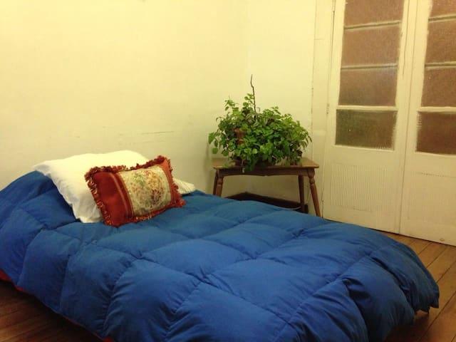 Amplio dormitorio iluminado, caen dos camas de plaza y media