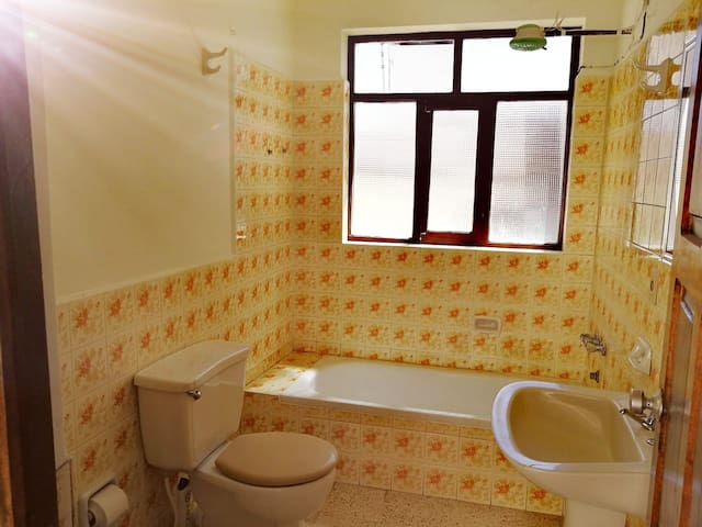 Shared bathroom with hot shower next to the room/ Baño compartido con ducha caliente justo a lado de la habitación