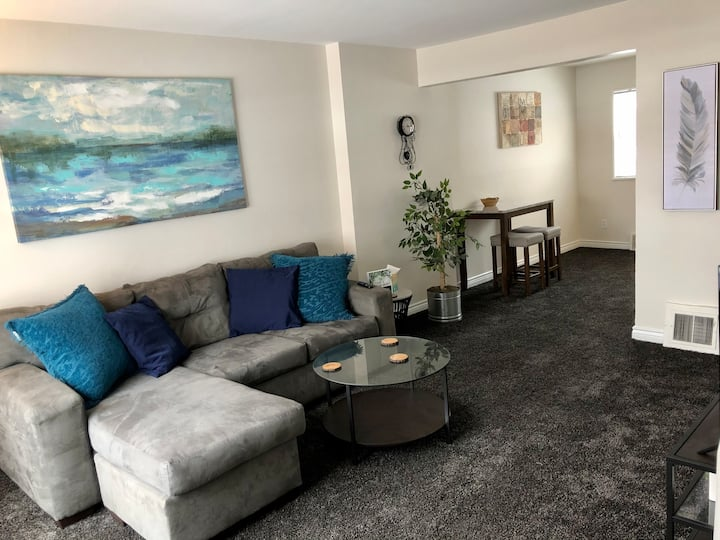 Seconds from Beaumont Cozy& Clean Condo w King Bed