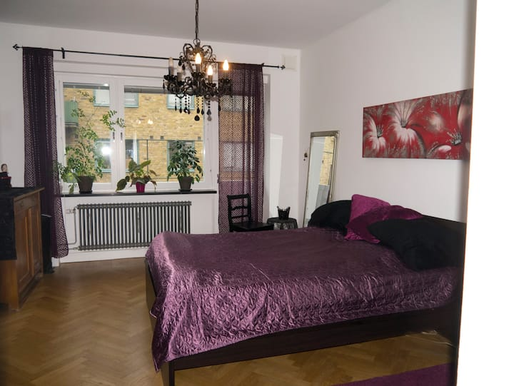 Room with a double bed in Malmö+2 bikes