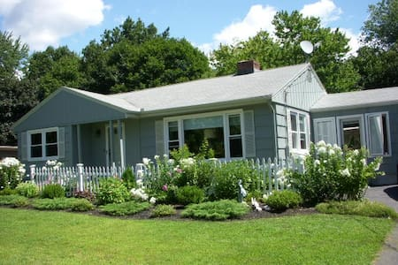 Convenient and quiet. Cozy BR. - South Hadley - House