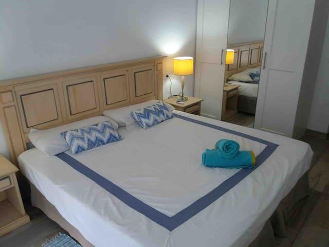 Dormitorio 1  con armario con salida a terraza y ventilador de techo
