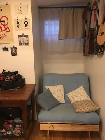 Fauteuil convertible 1 place isolé du salon par un rideau