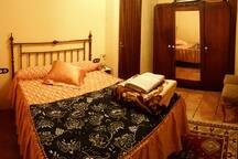 Alcoba con cama de matrimonio