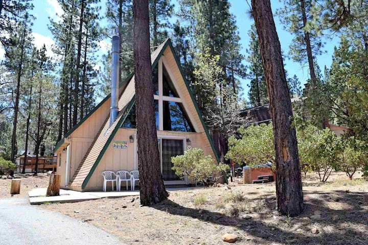 Almost Summit: Hot Tub! Near Snow Summit! Wifi! Adorable! Large Yard! Cable TV! Fireplace!