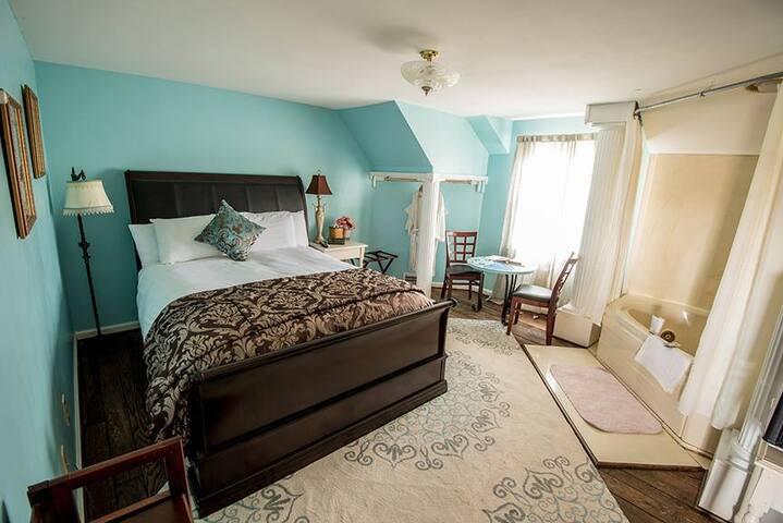 Carpenter Manor Whirlpool Suite - HideAway