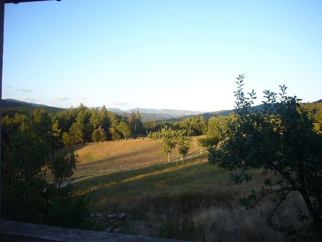 Maison Calme au pied du Volcan, Rudimentaire - Saint-Cirgues-de-Prades - House