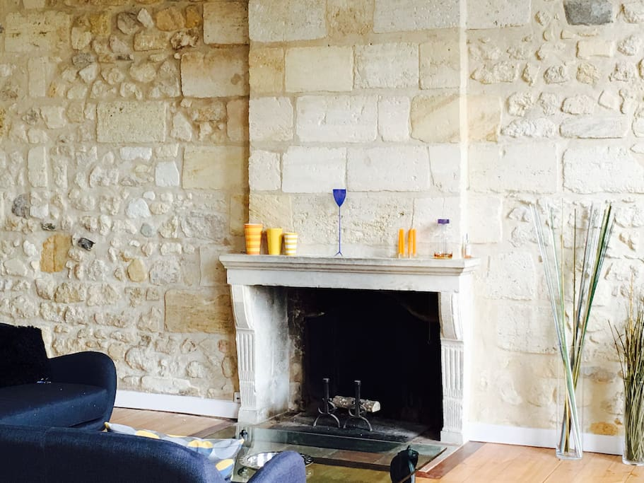 Murs en pierre avec très belle hauteur sous plafond
