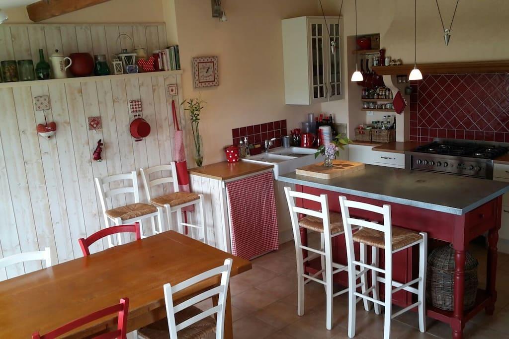 La cuisine est spacieuse et fonctionnelle avec une vue imprenable sur la plaine, les champs et l'orée des bords de la Drôme.
