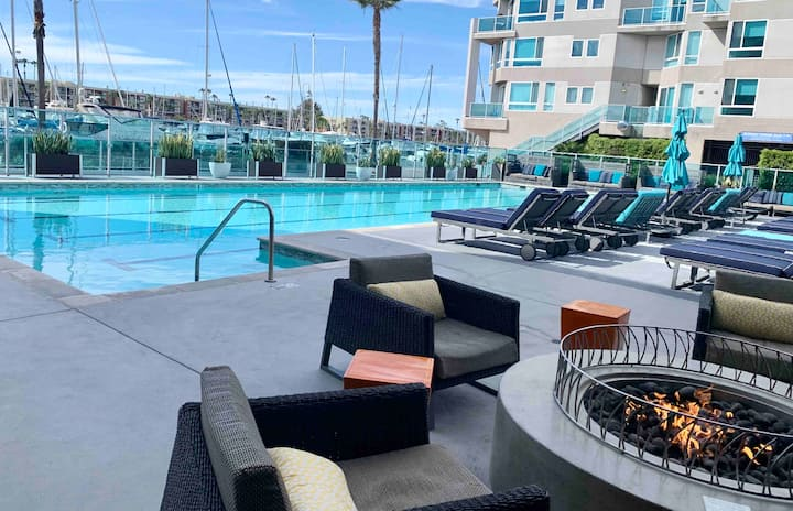 * Luxury 1bd apt near water free parking/pool *