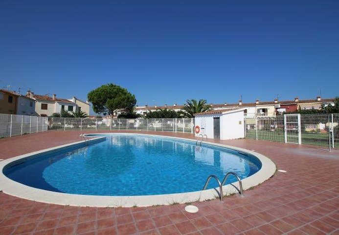 villa 65 m2 avec terrasse et piscine collective