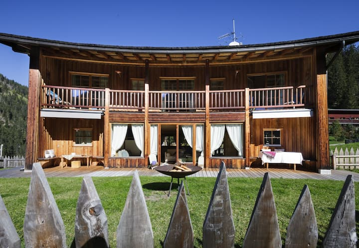 Luxurious Chalet with Jacuzzi, Dreamlike Interior, Wi-Fi and Garden