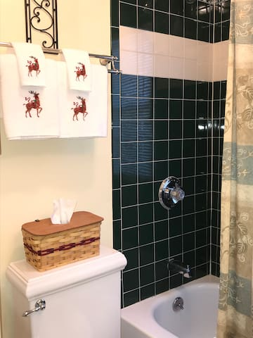 First floor full bathroom with tub/shower unit. Fresh clean towels are provided!