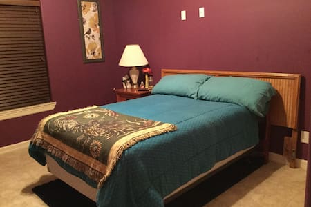 cozy, private bedroom & bathroom - Edinburg