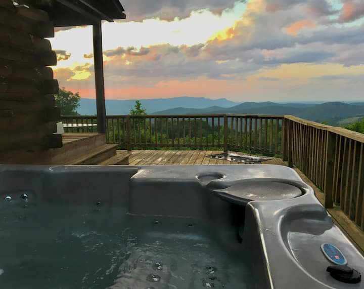 Secluded Log Cabin, Amazing Views, Hot Tub & Wifi!