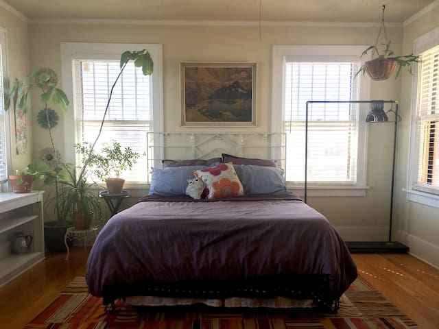 Bright, Eclectic Master Bed + Bath - Oklahoma City - Hus
