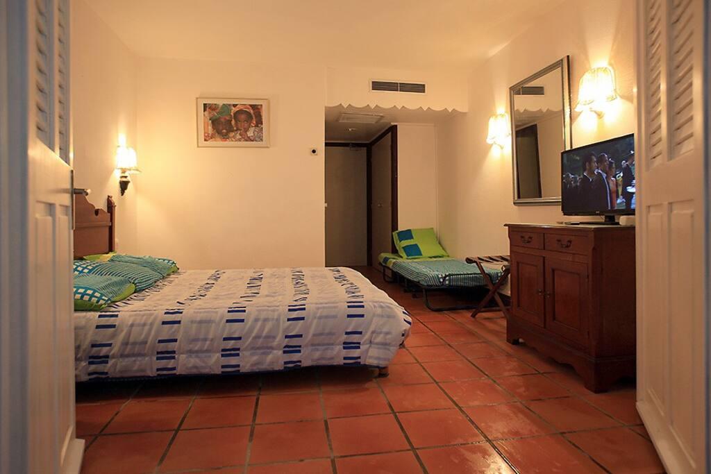 Chambre avec lit de 160cm et 2 lits d'appoint