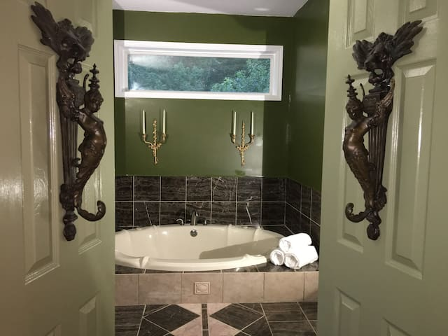 LUX SPA SUITE @THE HIDEAWAY - KING BED - HOT-TUB
