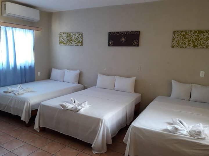 Habitación triple, camas matrimoniales, Acapulco