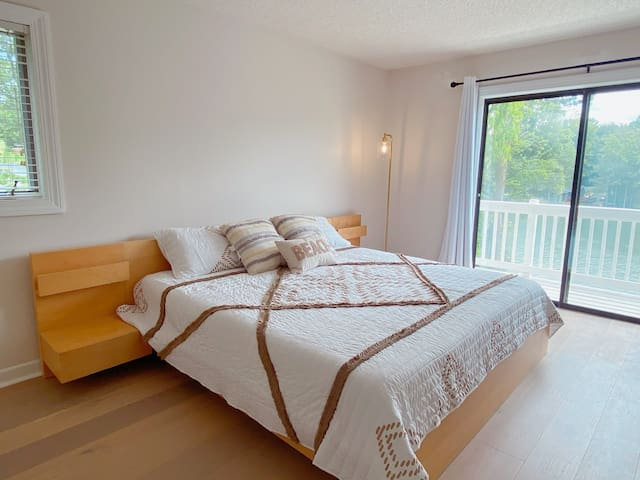 Upper level bedroom with en-suite bathroom (Lakeview)