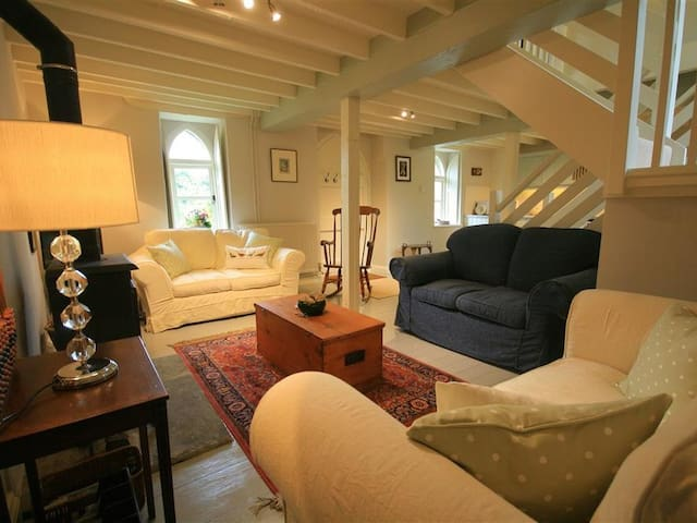 CIDER PRESS COTTAGE, romantic, with open fire in Bath, Ref 988857