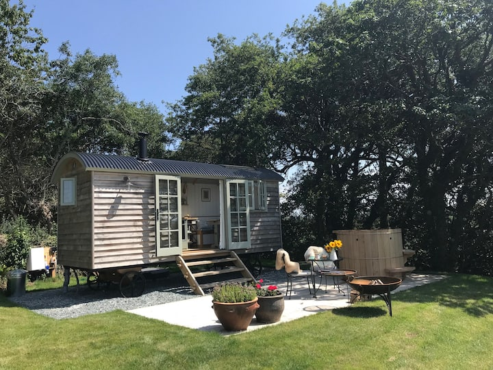 Luxury Shepherds Hut - spectacular views-Hot Tub!