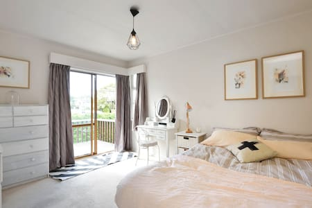 Central Takapuna hideaway - House