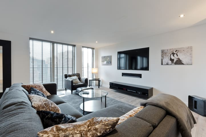 CONTEMPORARY 5 STAR APARTMENT IN CENTRAL READING