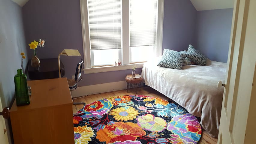 Cozy, Comfortable Room in Highland/SouthWedge Area