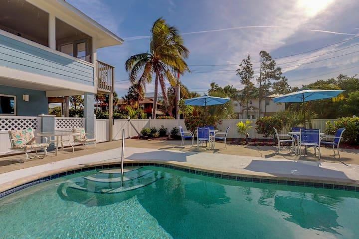 Bay-facing condo w/amazing view, shared pool & beach across street