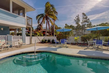 Bay-facing condo w/amazing view, shared pool & beach across street