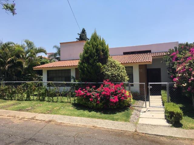 Casa con Alberca y Bungalow en Lomas de Cocoyoc