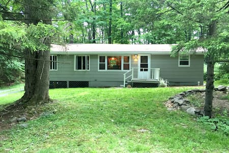 Serenity Lakeview Poconos Cottage, Close to Skiing - Huis