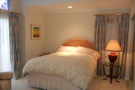 Elegant, sunny and quiet room with balcony - Thousand Oaks
