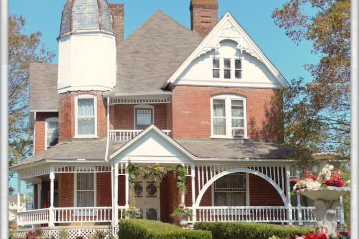 3 bd / 4.5 bath 3400sqft Victorian home