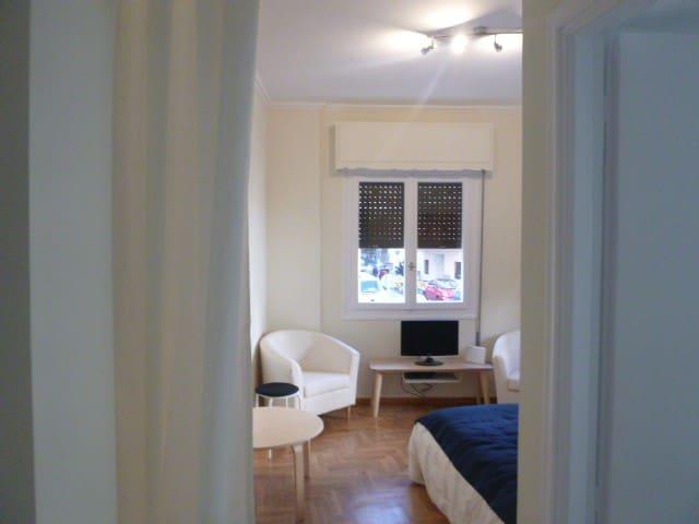 10 Min Walk to Acropolis-Bright, Sunny Apartment!
