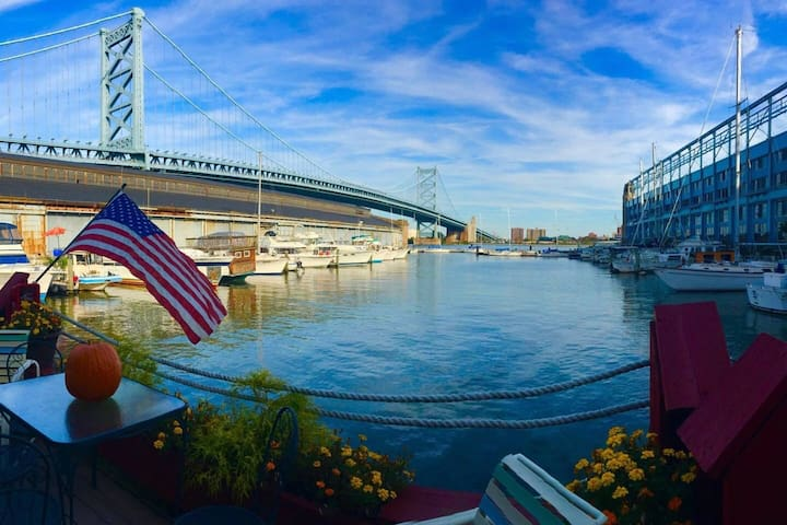 Floating Cabin Glamping in the City & Bridge Views