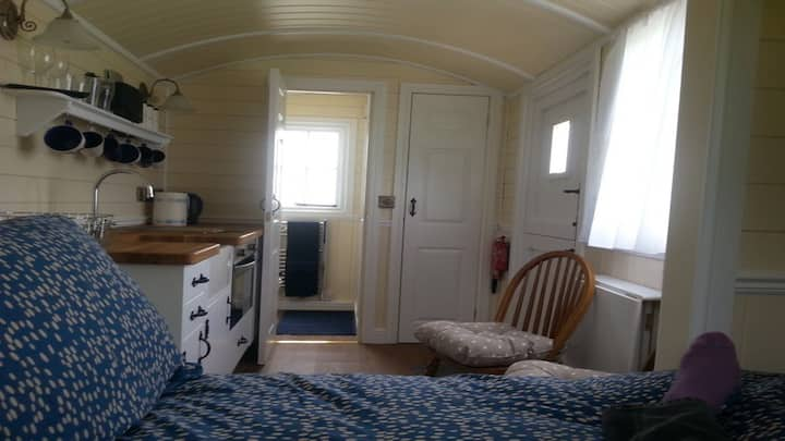 En-suit Shepherd Hut with kitchen in quiet area.S