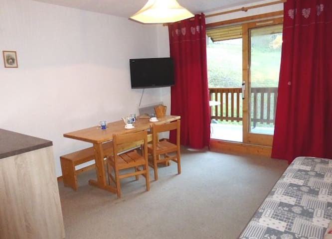 2 rooms apartment 4 persons in Meribel village area close to the shops