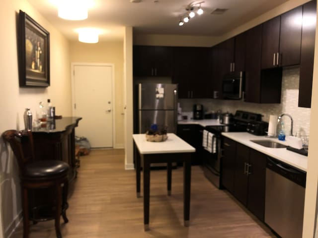 *New Listing!* Modern 1 BR APT - Perfect Location