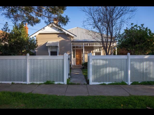 ~ SAGE~ Spacious Home in Geelong (sleeps10)