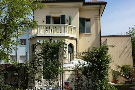 Monolocale sul lungomare in Villino Liberty - Cesenatico - วิลล่า