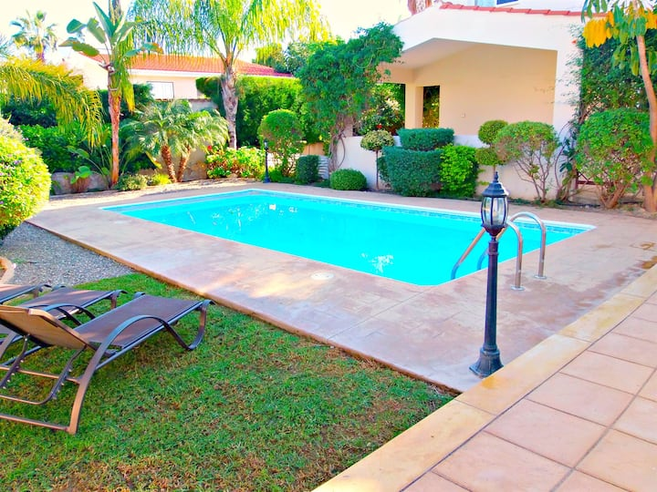 Coral Bay - 3 Bed Villa - 300 Metres to the beach