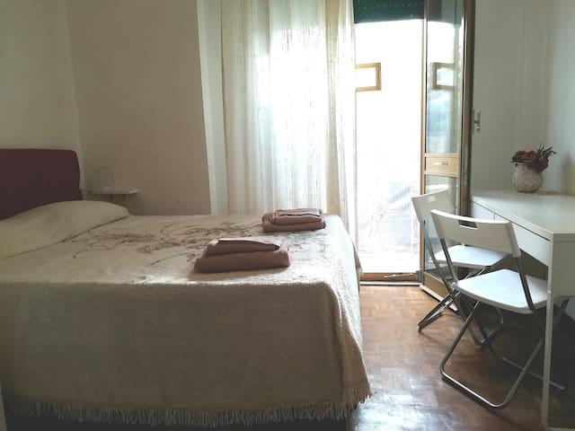 Piccola stanza matrimoniale con bagno privato