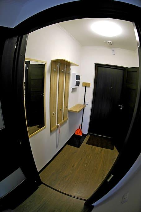 Комната в апартаментах разделена с мини коридором отдельной дверью.